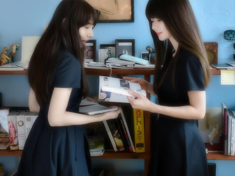 プロカメラマンファイル2020の写真。中村祐実子と大城優紀が二人で本を見ている